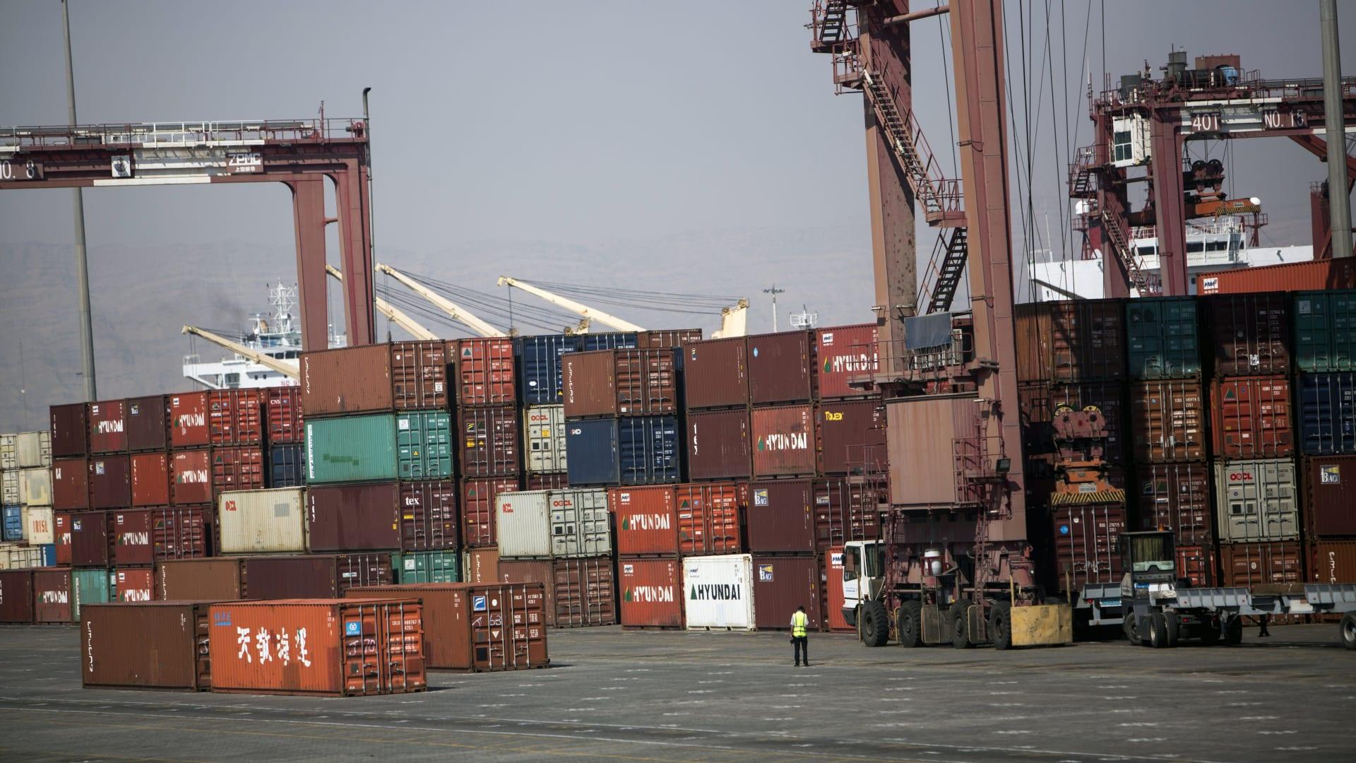 حاويات الشحن مكدسة في ميناء شهيد رجائي ، على بعد حوالي 20 كم غرب مدينة بندر عباس الساحلية، في 21 فبراير 2016.