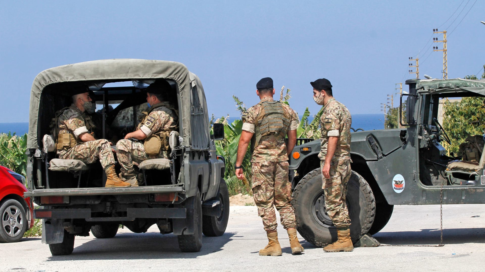 """دبابات إسرائيلية تطلق """"طلقات تحذيرية"""" تجاه مخترقي الحدود من لبنان.. وإصابة لبنانيين اثنين"""