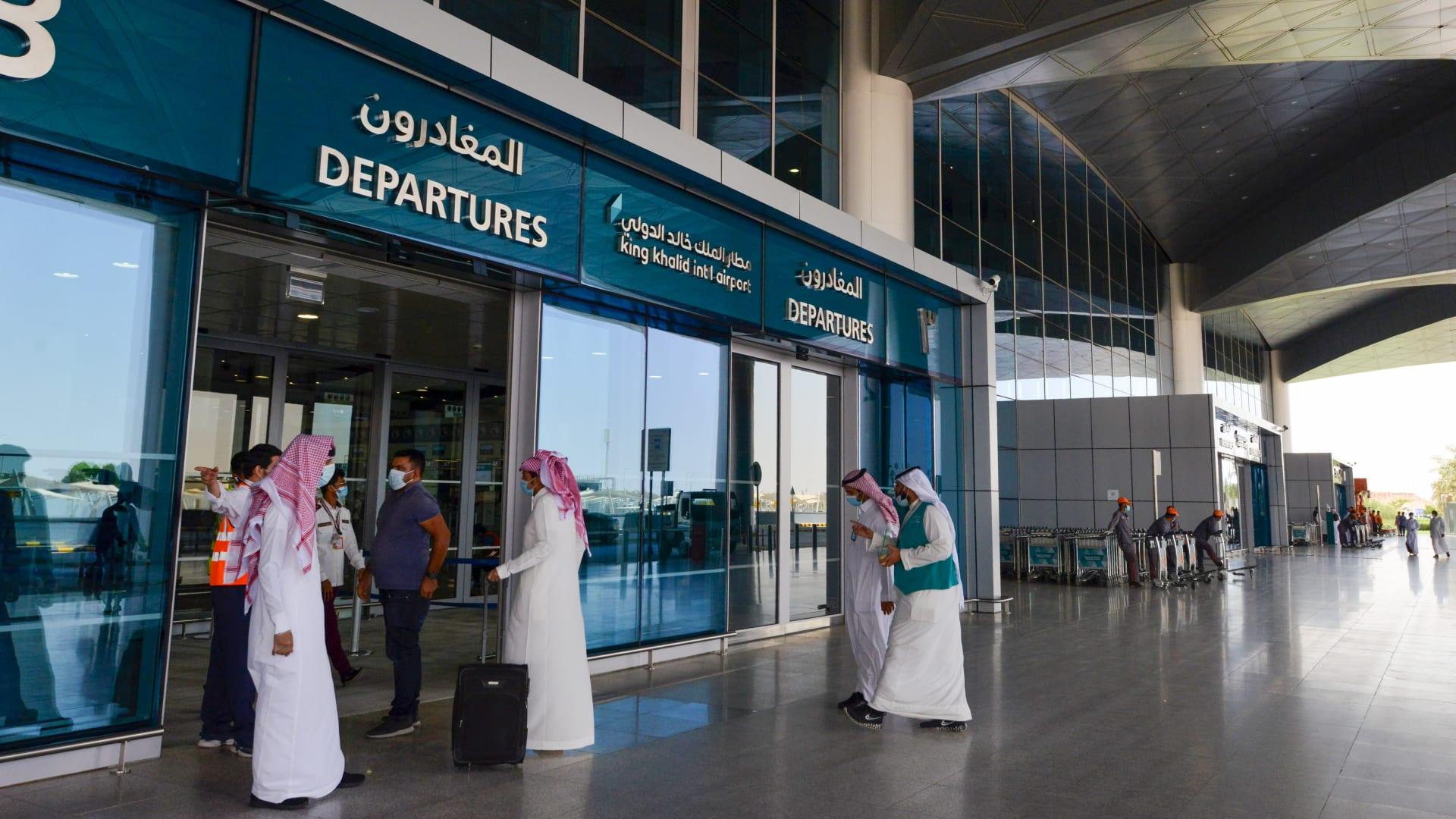 السعودية تمدد إقامات وتأشيرات المقيمين الموجودين في الدول الممنوع السفر معها