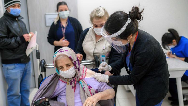 بدء توفير اللقاح للمسنين في تركيا بعد أشهر من الإغلاق