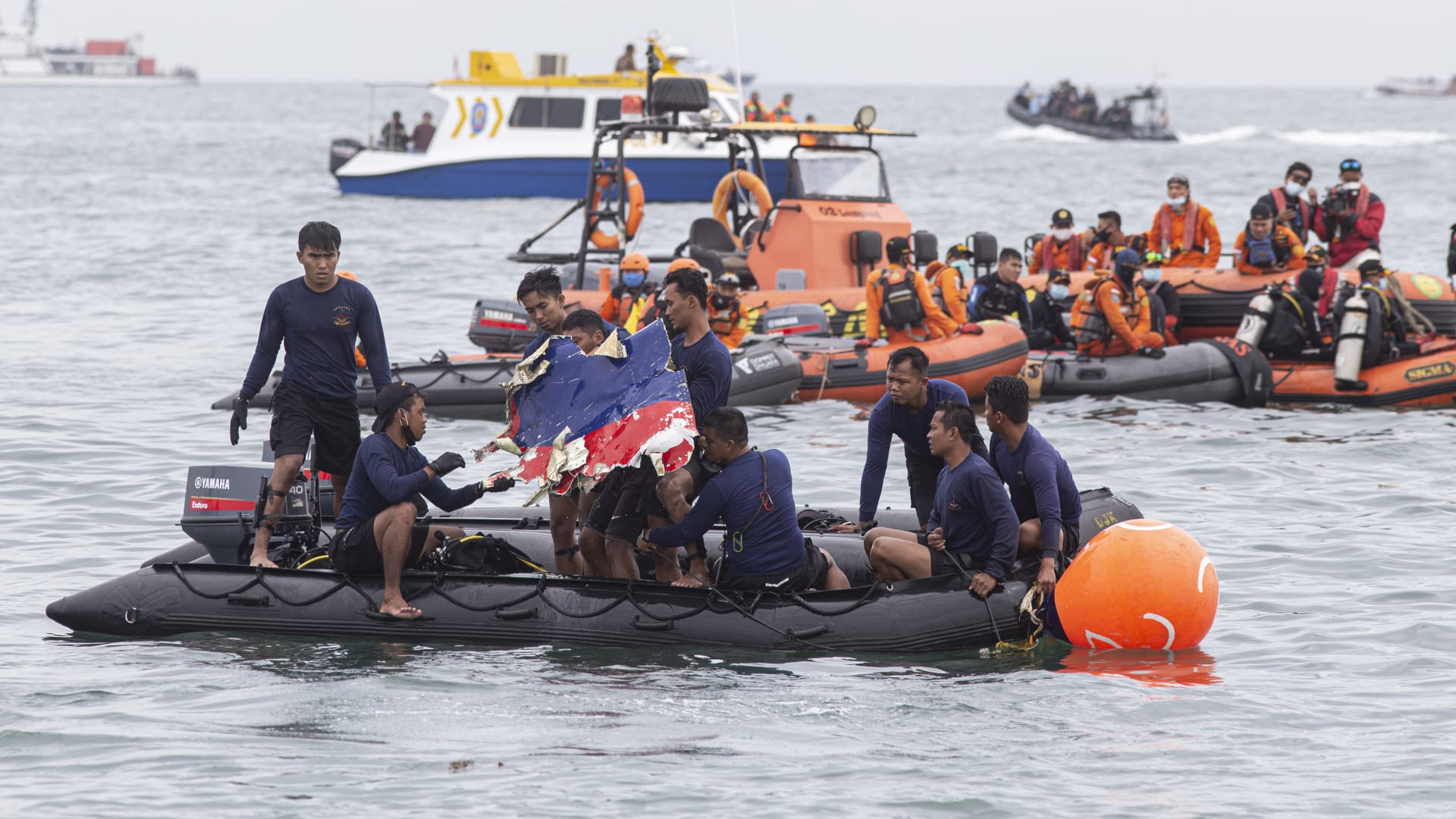 أشلاء وألبسة للأطفال.. هذا آخر ما عُثر عليه من بقايا الطائرة الإندونيسية المنكوبة