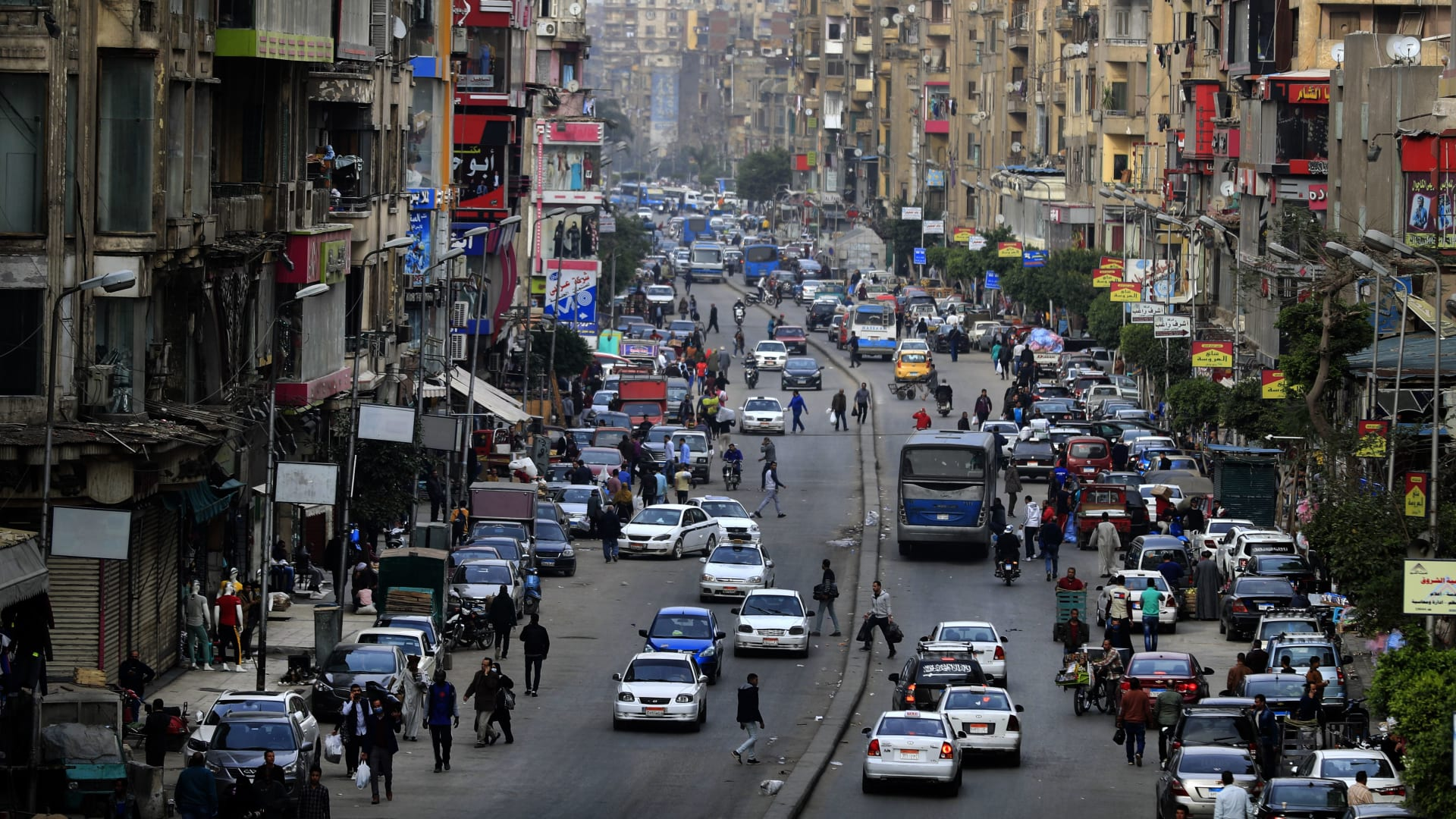 داعيا إلى مواجهة كورونا.. عمرو أديب: مفيش رجالة بيبوسوا بعض غير هنا
