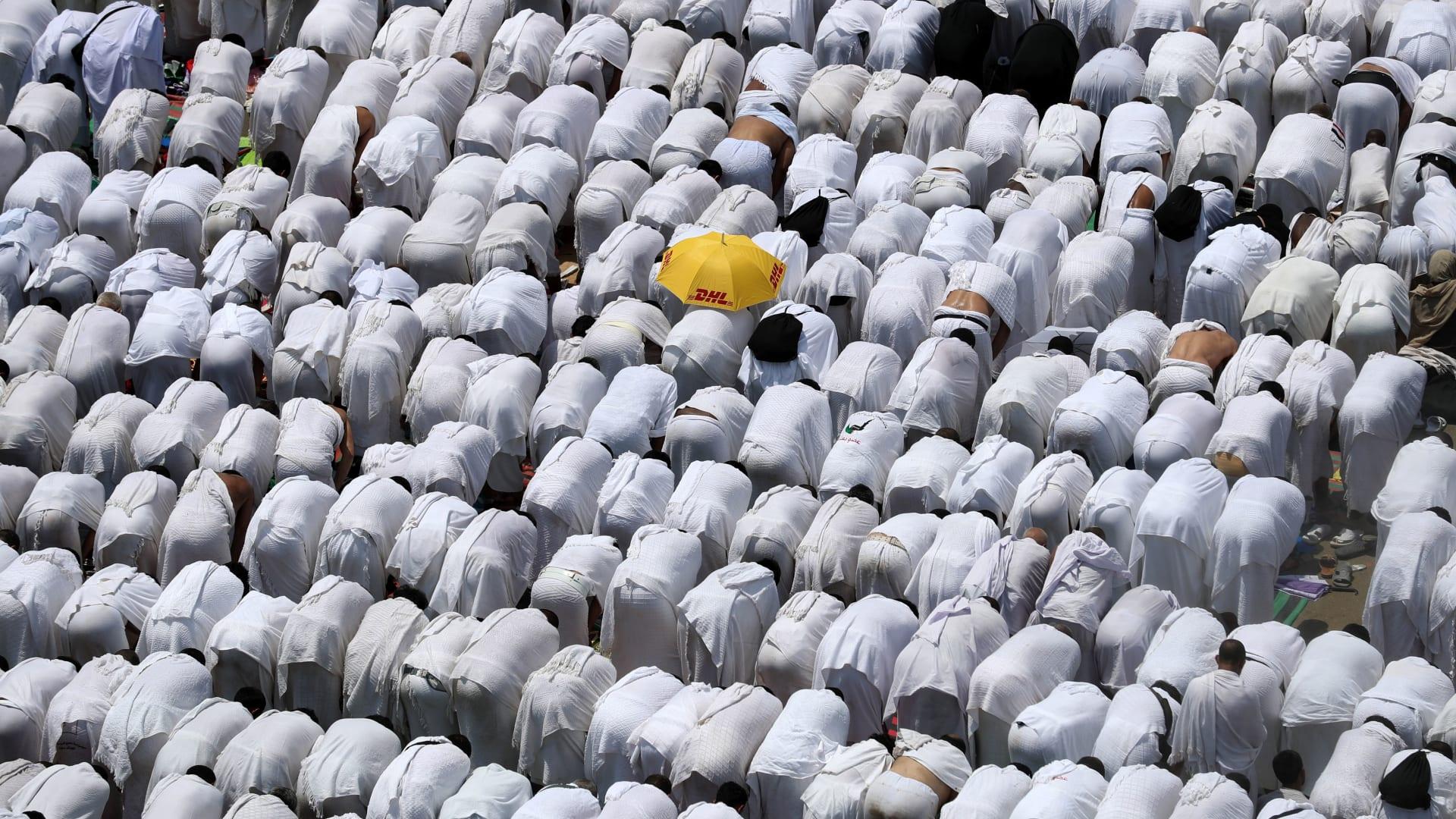 """لأول مرة منذ تفشي كورونا.. إمام المسجد النبوي: """"استووا.. سووا صفوفكم.. وسدوا الفرج"""""""