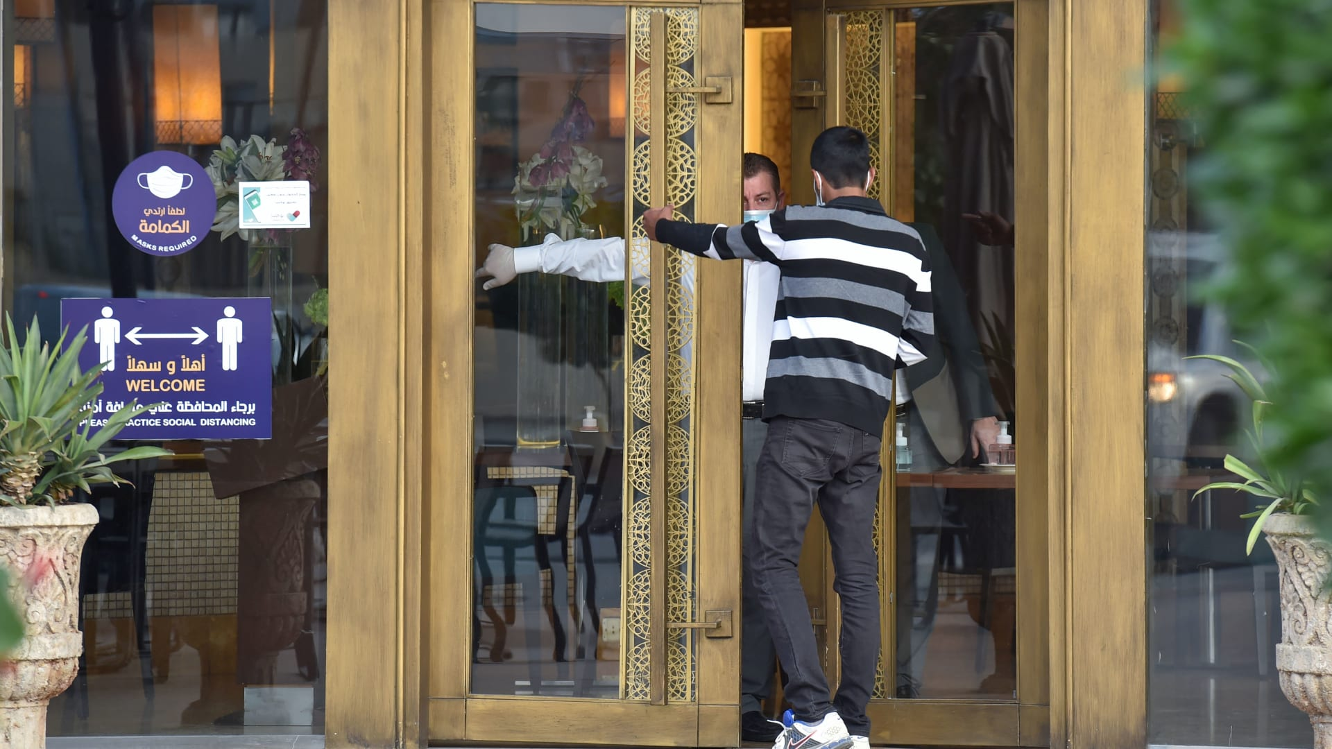 صورة أرشيفية لنادل في مطعم سعودي يساعد شخصا للعثور على الاتجاه الصحيح