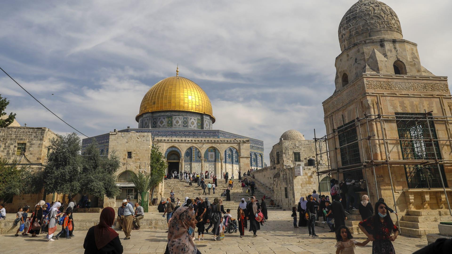 بعد يومين منذ وقف إطلاق النار.. الجيش الإسرائيلي يقتحم المسجد الأقصى ويعتقل حارسه