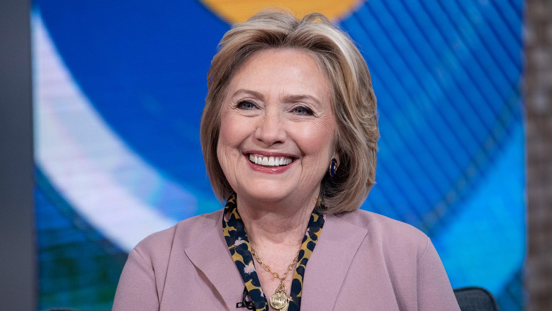 """هيلاري كلينتون تشارك في كتابة رواية """"ثريلر"""" سياسية"""
