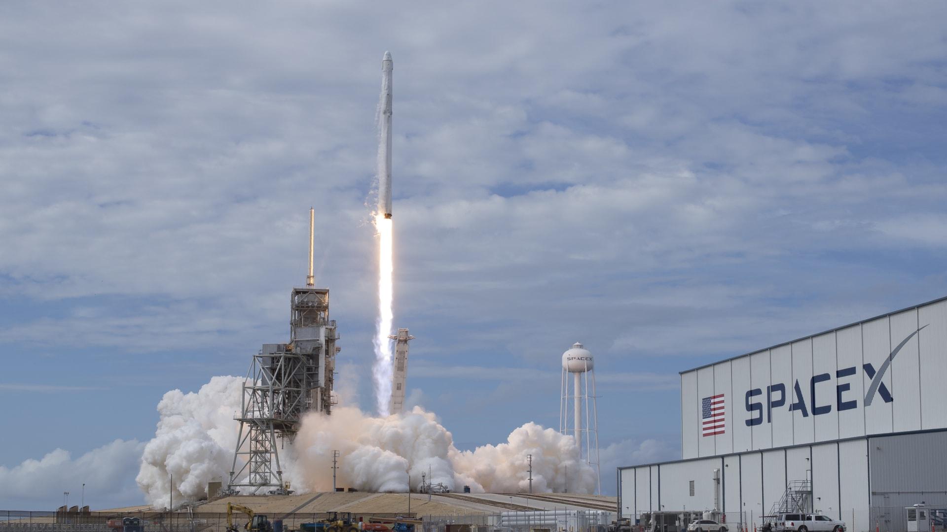 """حطم رقماً قياسياً بأكبر عدد أقمار صناعية على متنه.. ماذا تعرفون عن صاروخ """"فالكون 9""""؟"""