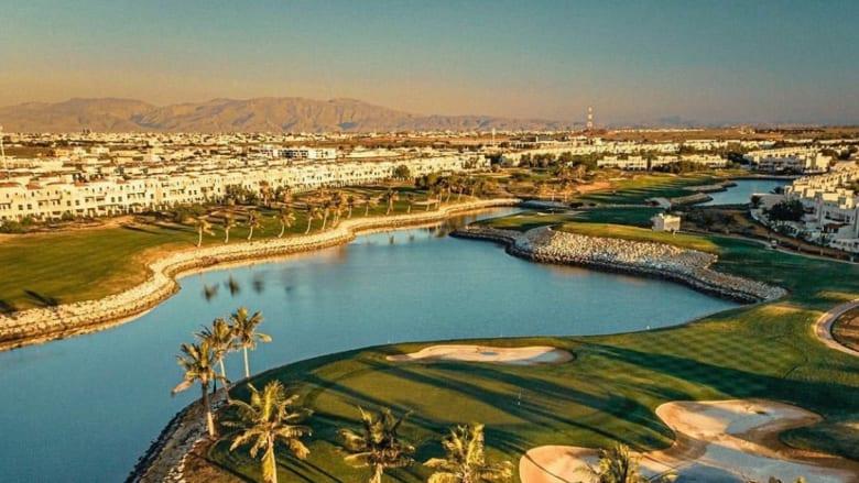 وسط إطلالات طبيعية..تعرف إلى أحد أبرز ملاعب الغولف بالإمارات الشمالية