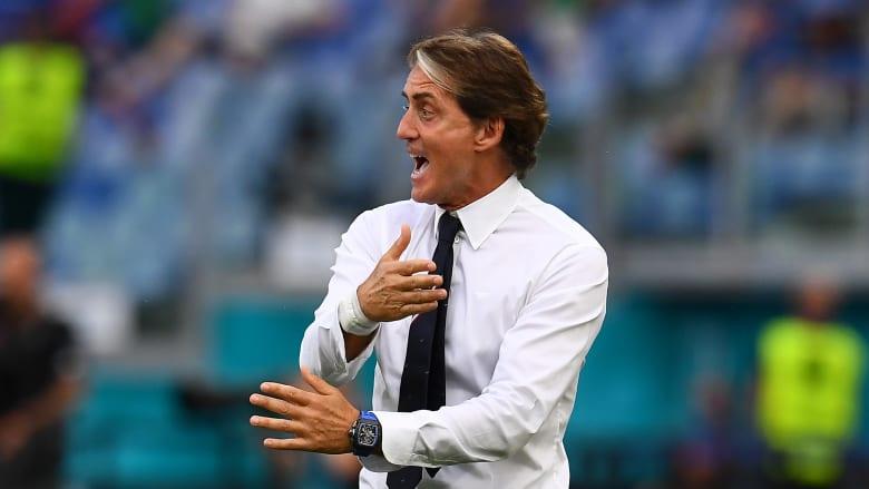 شاهد.. مدرب إيطاليا يستعرض مهاراته الكروية في مباراة ويلز