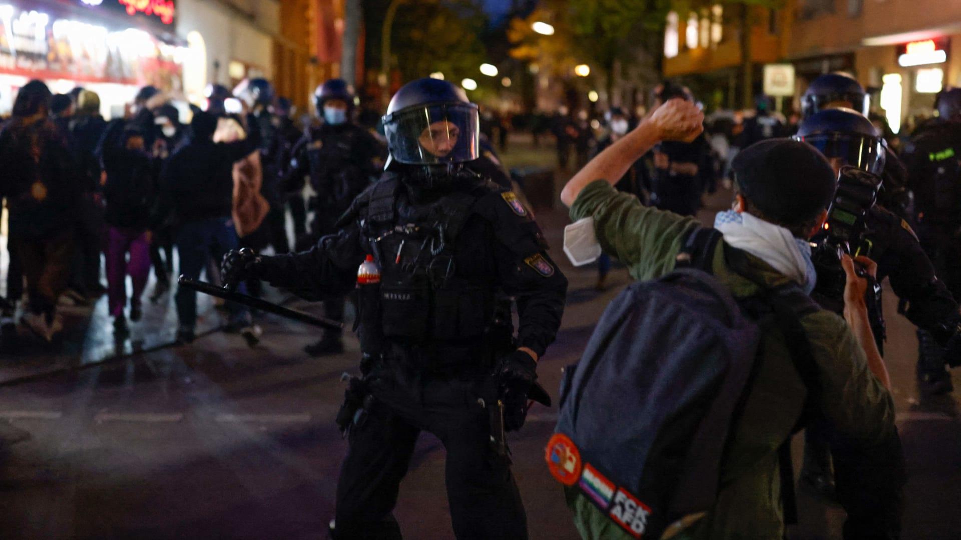 إصابة 93 شرطياً واعتقال 354 متظاهراً بعد احتجاجات حاشدة في برلين