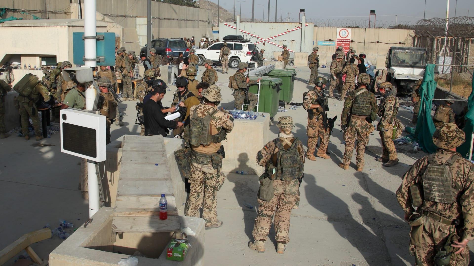 نحو 20 ألف شخص حول وداخل مطار كابول.. هل سيتمكن الجميع من المغادرة؟