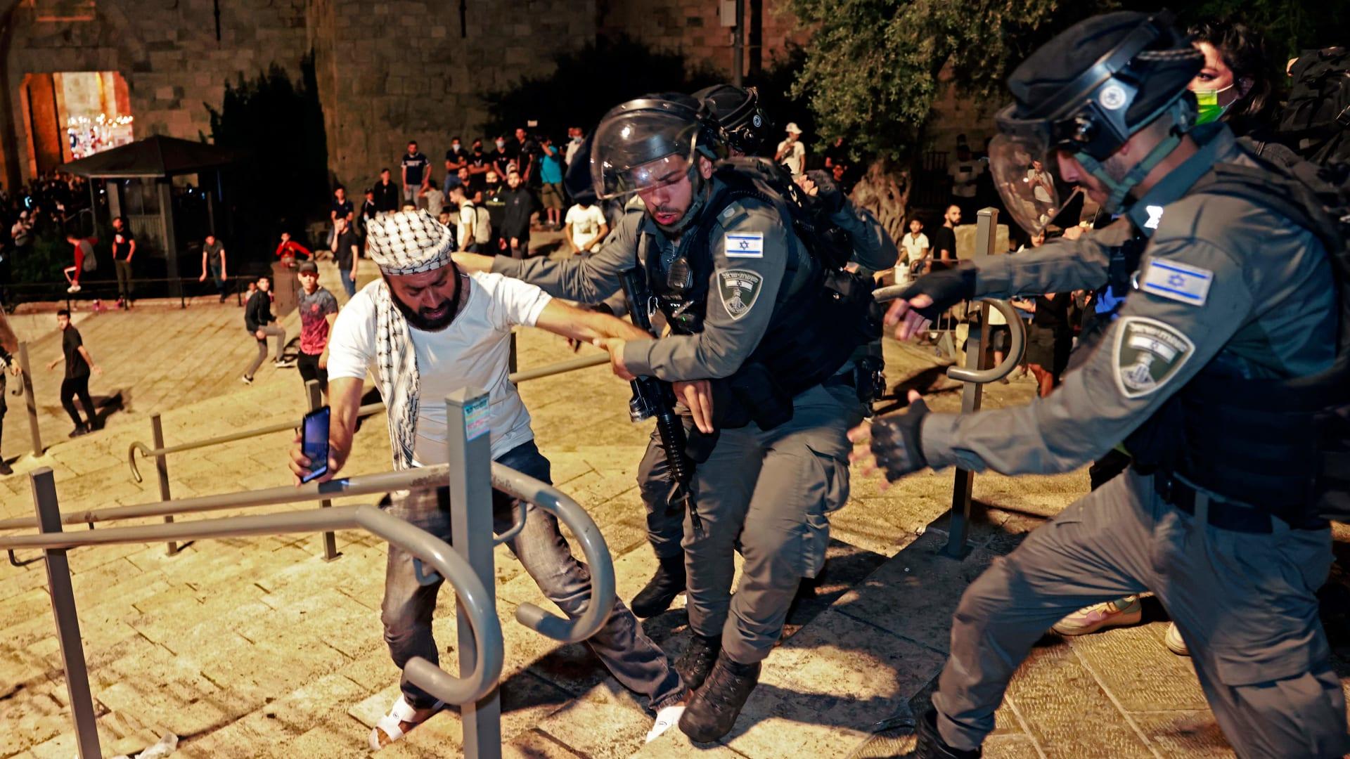 الاشتباكات مستمرة بين الفلسطينيين والشرطة الإسرائيلية