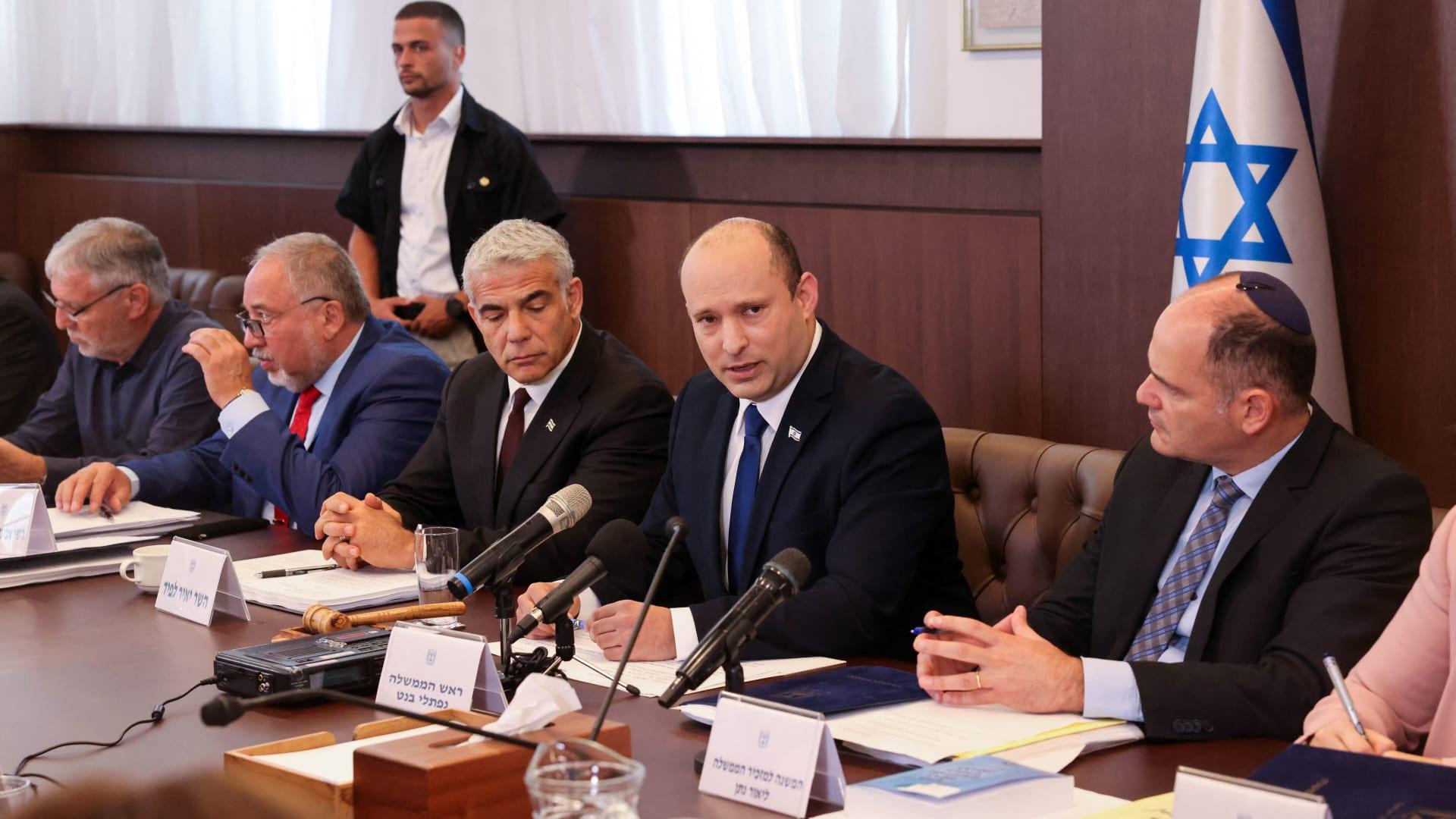 نافتالي بينيت في أول اجتماع لحكومته