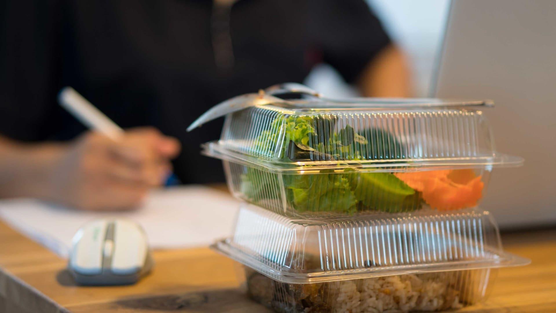 لمكافحة كورونا.. الفرنسيون يمكنهم الآن تناول الغداء في مكاتبهم دون خرق القانون
