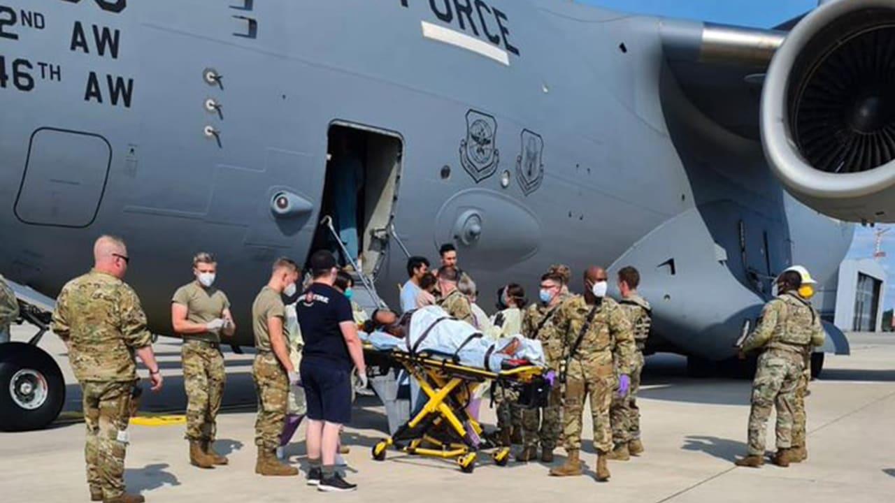أفغانية تلد طفلة على متن طائرة عسكرية أمريكية.. وهذا ما فعله الطيار لإنقاذها