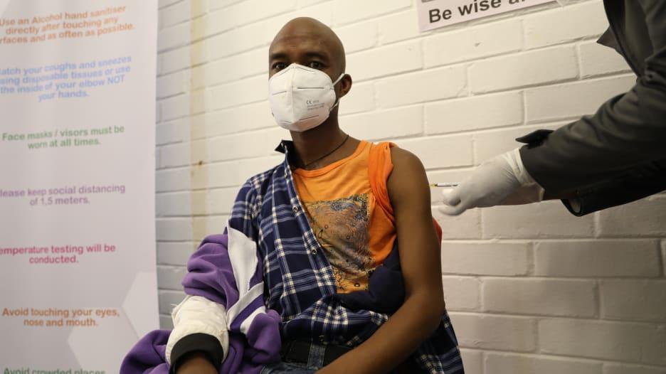 """جنوب إفريقيا توقف طرح لقاح """"أسترازينيكا"""" بسبب فاعليته ضد سلالة كورونا"""
