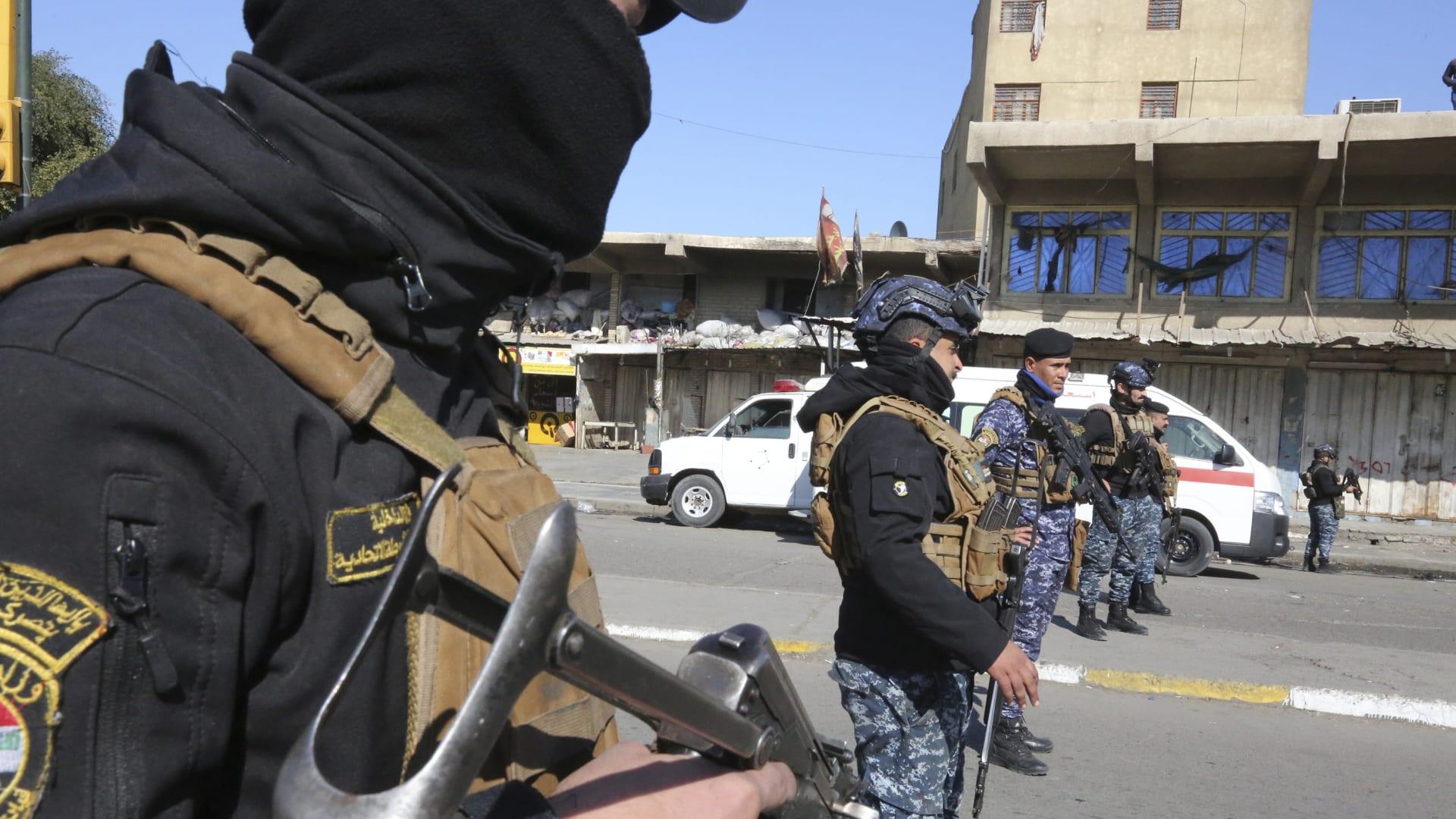 صورة أرشيفية لعناصر بالأمن العراقي في محيط موقع التفجيرين الانتحاريين في بغداد