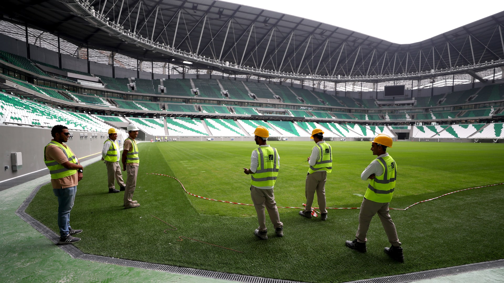 الدوحة، قطر - 15 ديسمبر: شوهد عمال داخل الاستاد خلال جولة استاد قبل انطلاق استاد المدينة التعليمية لكأس العالم FIFA قطر 2022