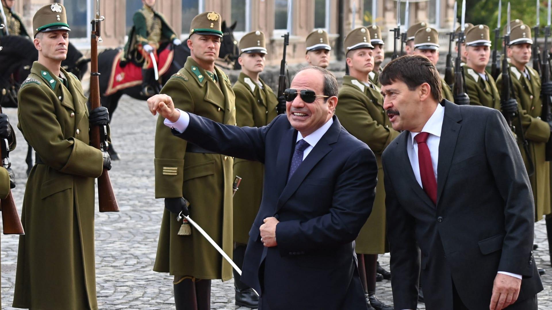 السيسي ورئيس المجر يانوش أدير خلال مراسم الاستقبال في بودابست