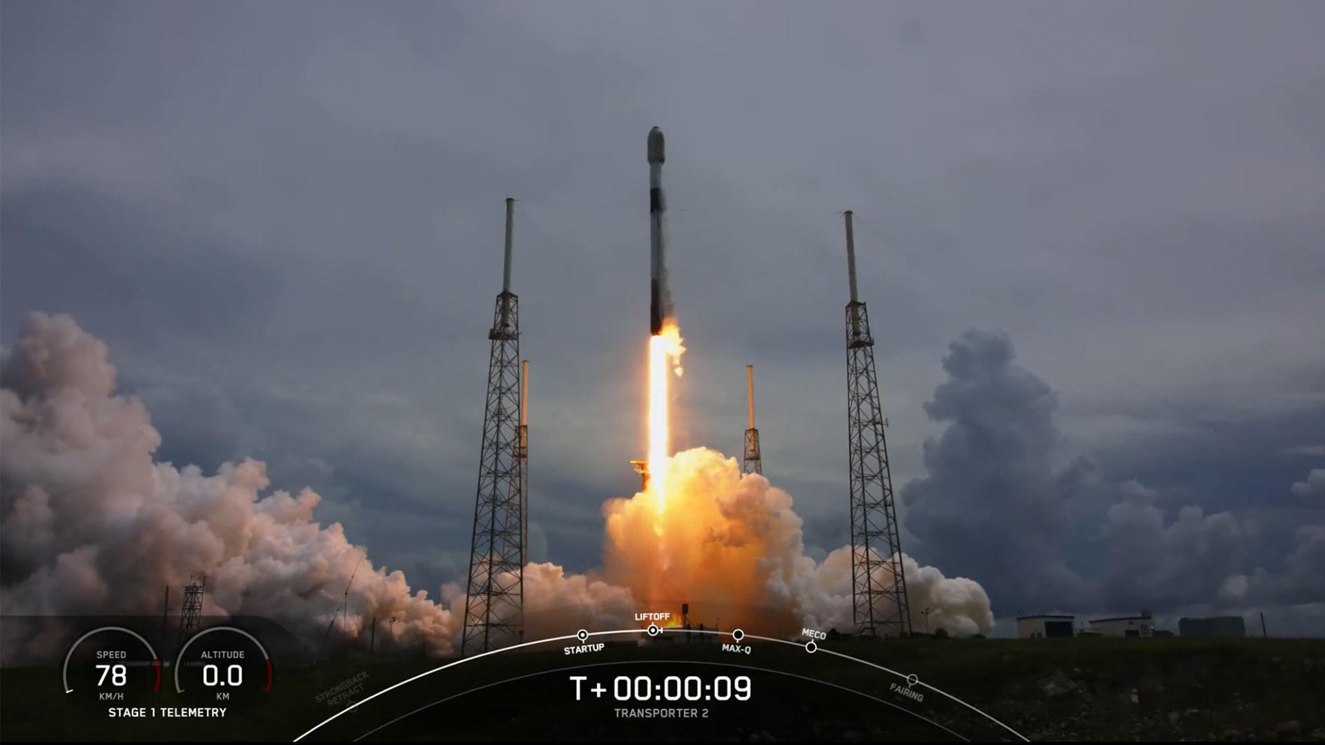 """""""سبيس إكس"""" تطلق 88 قمراً صناعياً إلى الفضاء"""