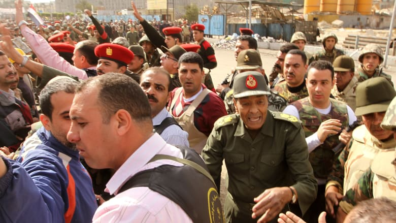 صورة أرشيفية لطنطاوي بميدان التحرير في 4 فبراير 2011 قبل أيام من تنحي مبارك