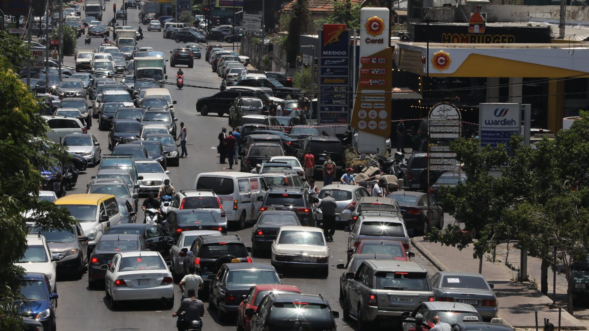 زحام حول إحدى محطات الوقود في لبنان