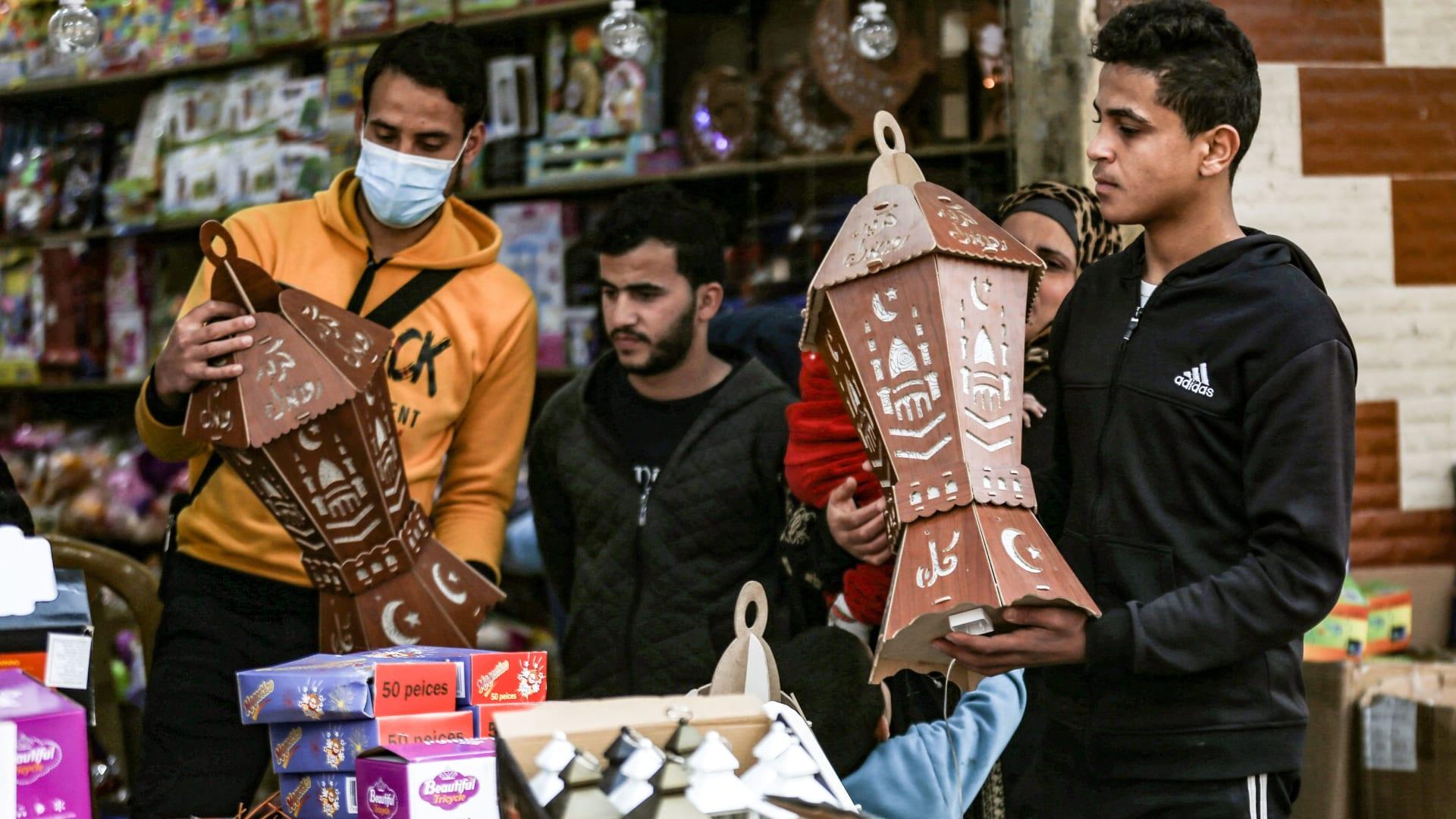 مصر تعلن أول أيام شهر رمضان.. والسعودية تعقد جلسة أخرى لتحري رؤية الهلال