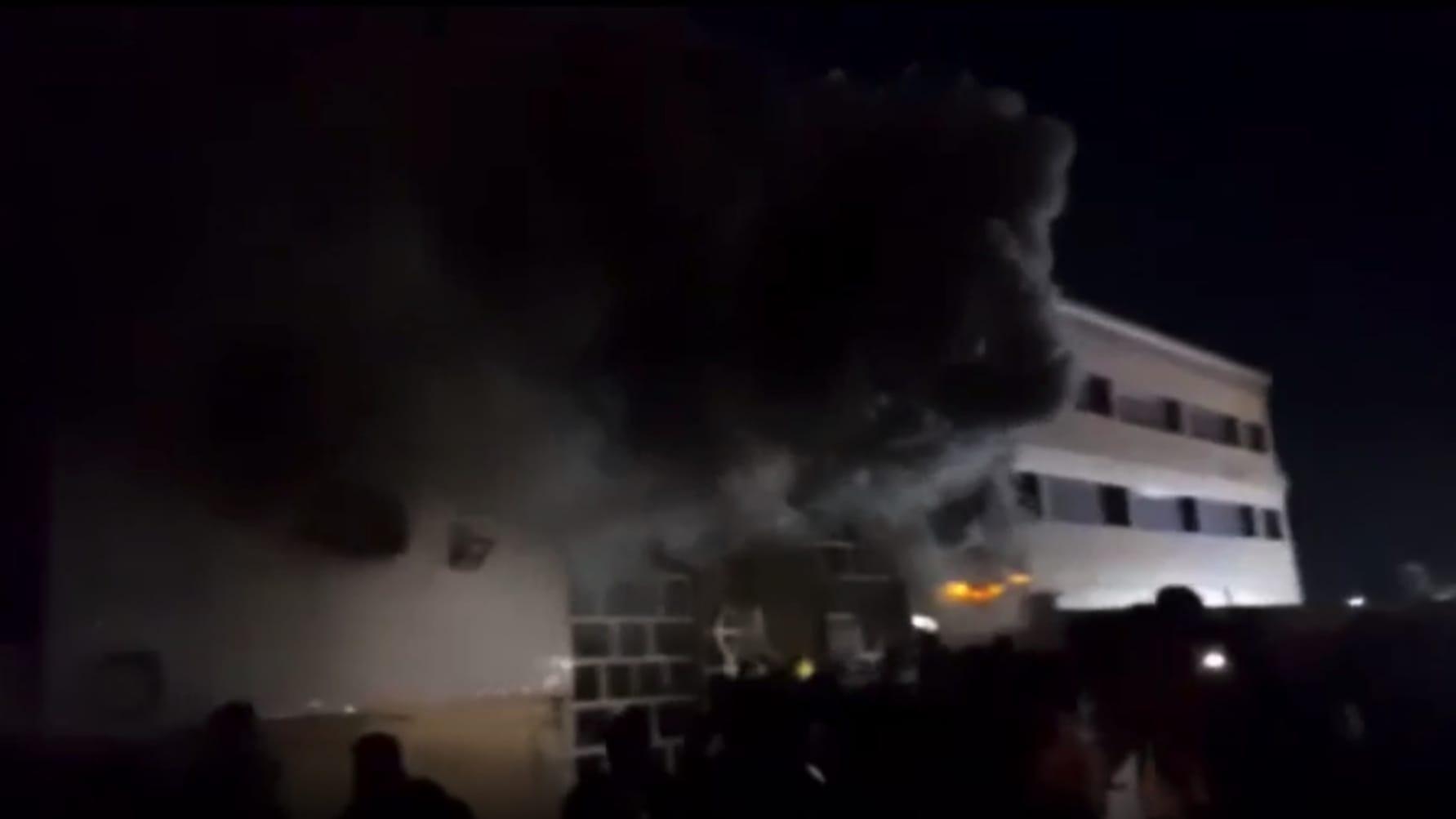 شاهد اللحظات الأولى بعد اندلاع حريق هائل في مستشفى بالعراق