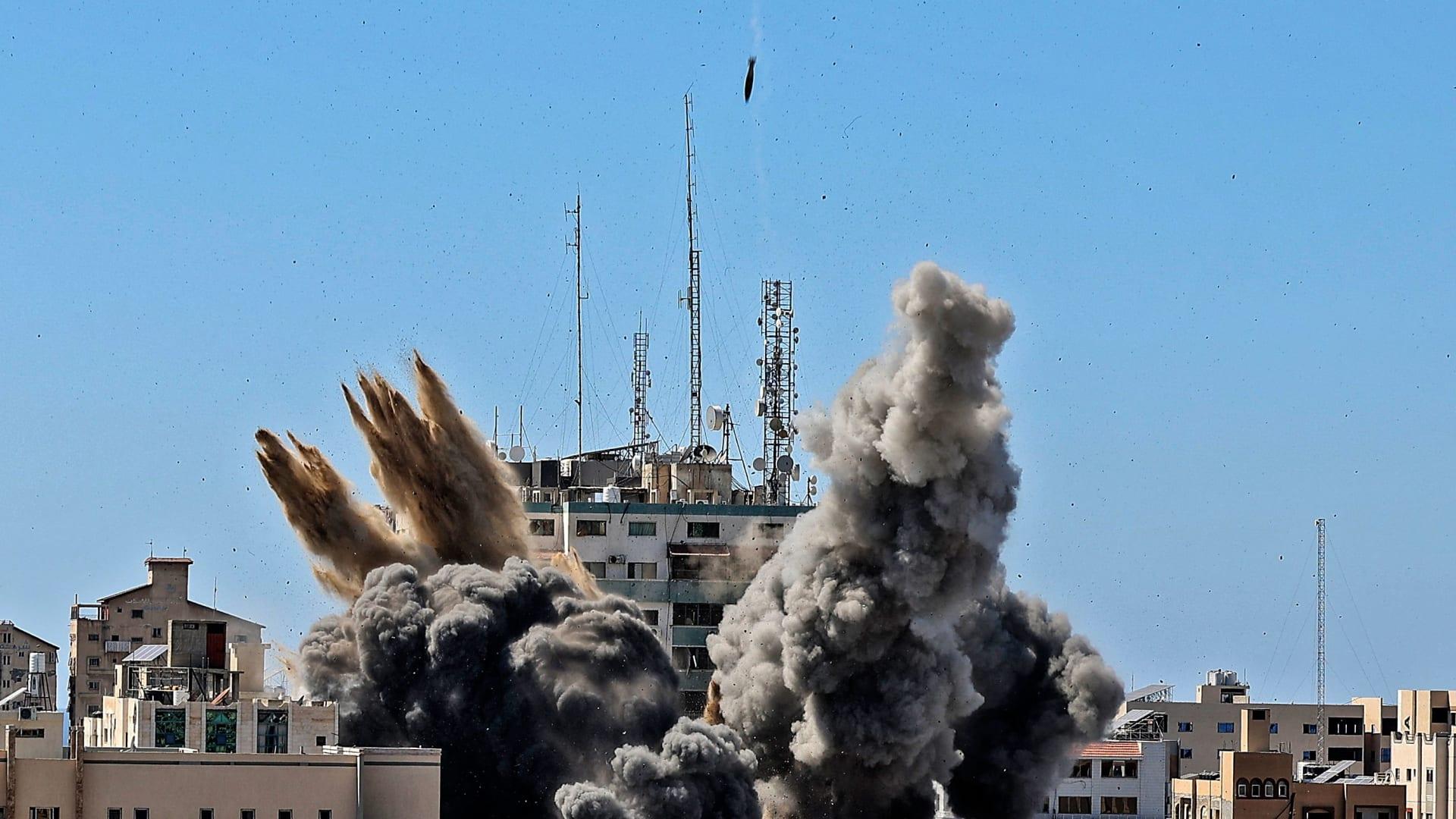 بعد أن دمر مبنى الجلاء بأربعة صواريخ.. مراسل CNN يعلق على الغارة