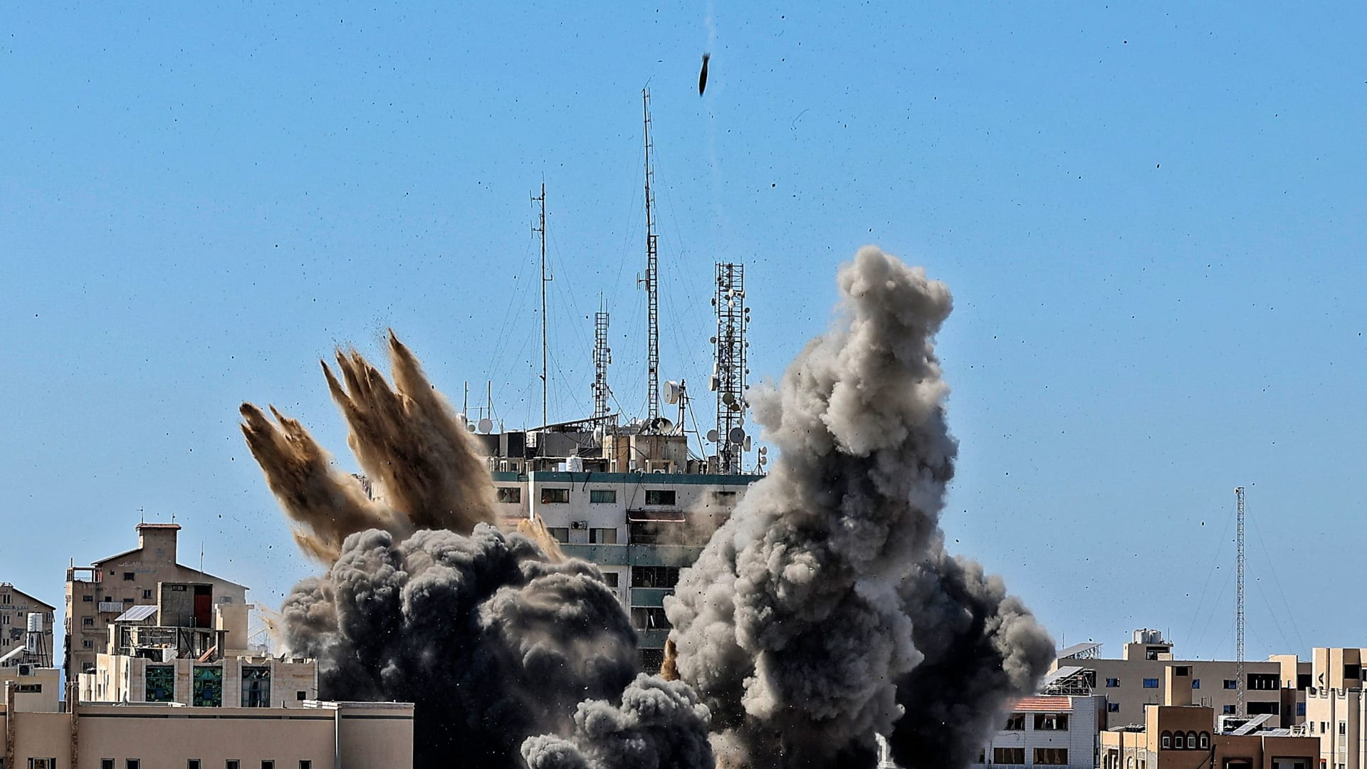 لحظة قصف مبنى الجلاء، مقر عدد من وسائل الإعلام العالمية في غزة