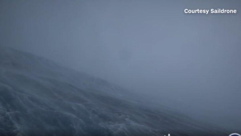 شاهد ما حدث عندما أبحرت سفينة داخل أخطر إعصار على وجه الأرض