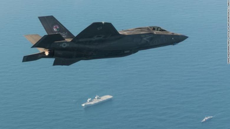 مقاتلة أمريكية تحلق فوق حاملة الطائرات البريطانية الملكة إليزابيث خلال تدريبات العام 2018