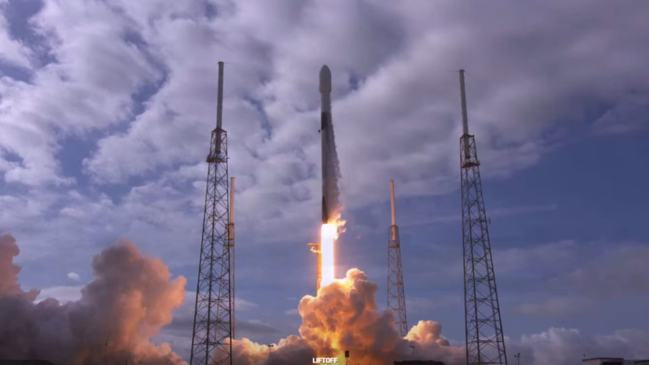 سبيس إكس تسجل رقماً قياسياً وتطلق 143 قمراً صناعياً على صاروخ واحد