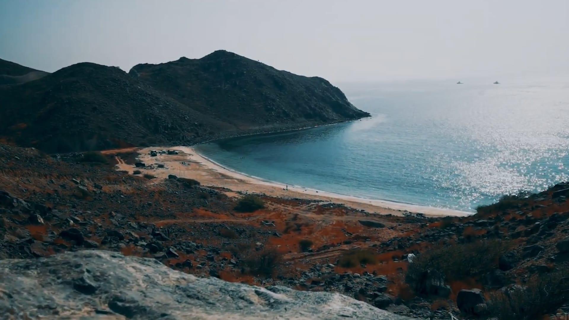 """بحر """"مخفي"""" خلف أحد جبال الإمارات ومشهد يبعث بـ""""شعور لا يوصف"""""""
