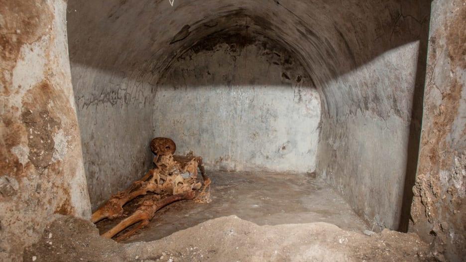 لا يزال به شعر.. اكتشاف هيكل عظمي في بومبي محفوظ جيدًا لرجل عاش قبل عقود