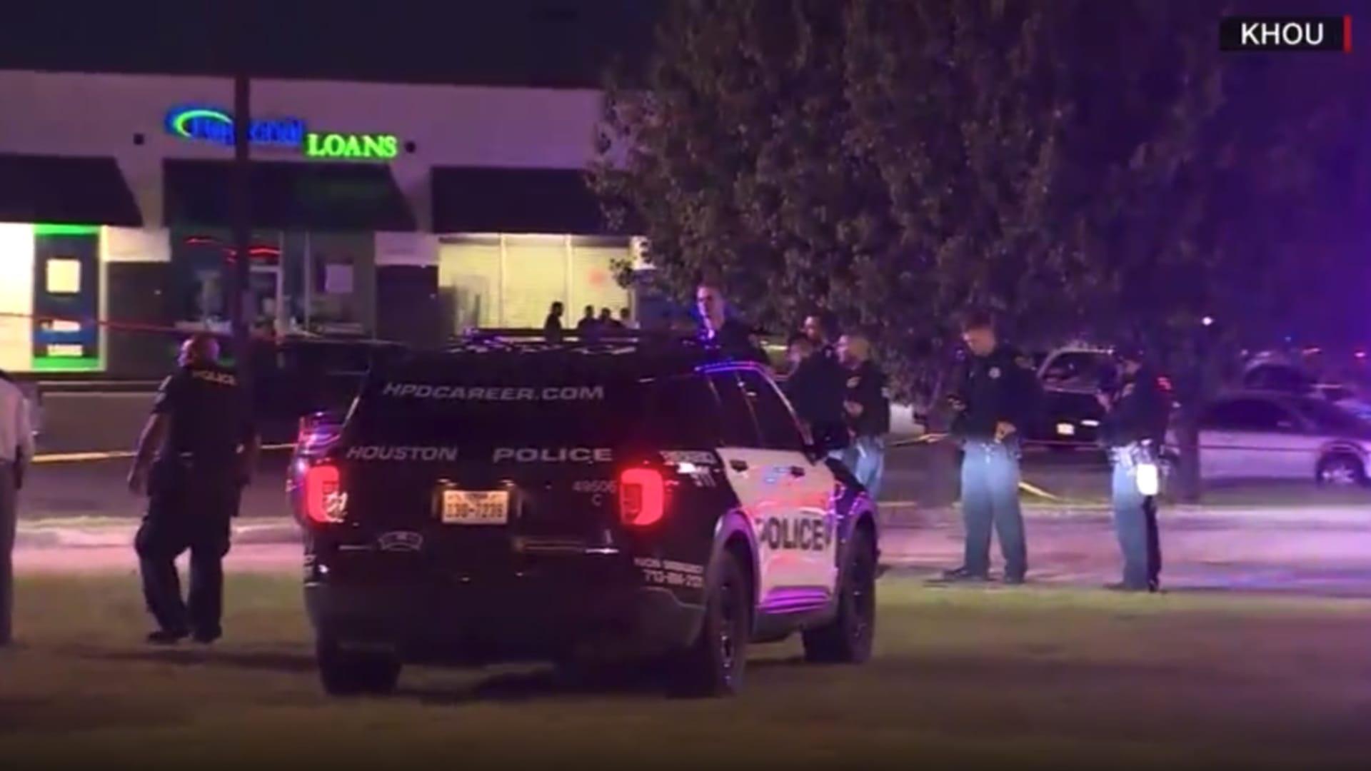 قتلوا ضابط وجرحوا آخرين.. شاهد كيف خدع مسلحون عناصر الشرطة الأمريكية thumbnail