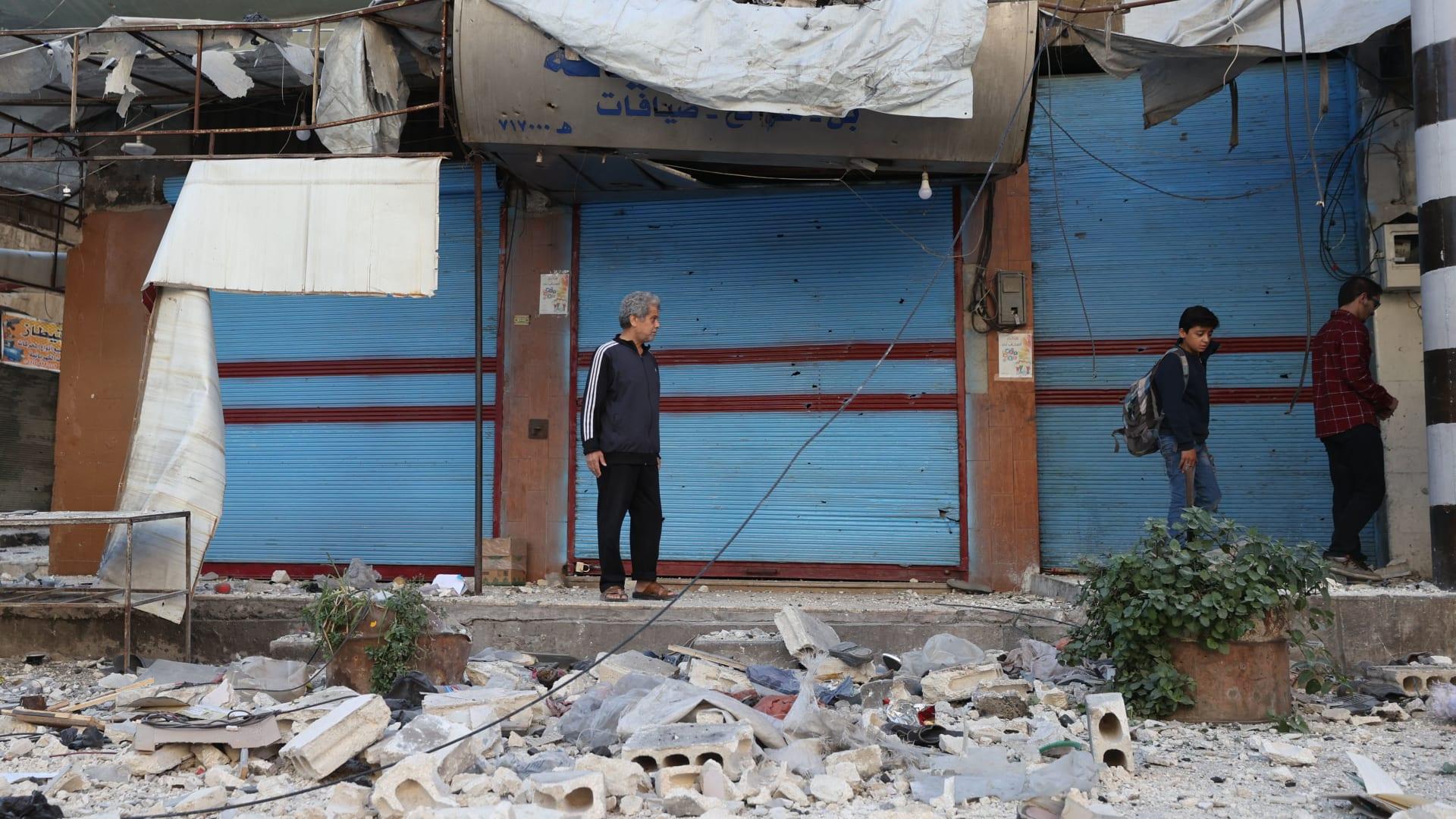 رجل يسير بالقرب من الأنقاض في موقع قصف في بلدة أريحا السورية في محافظة إدلب شمال غرب سوريا الخاضعة لسيطرة المعارضة في 20 تشرين الأول/ أكتوبر 2021.
